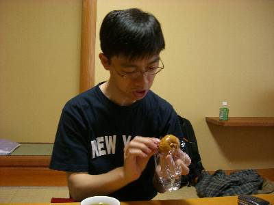 栗 (くり) まんじゅうを食べる奥村