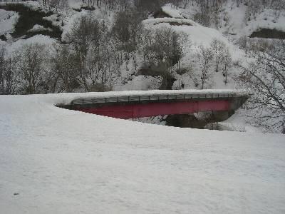 雪に埋もれる国道 252 号の橋
