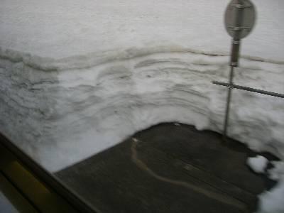雪に埋もれた踏切