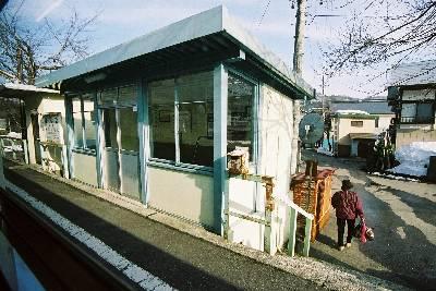 簡素な駅の例: 本名 (ほんな) 駅