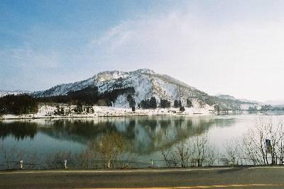 只見川に映る山姿
