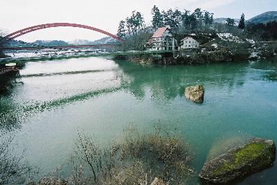 圓蔵寺へ上る石段途中から見る只見川